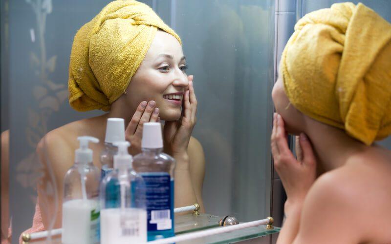 vrouw voor de spiegel